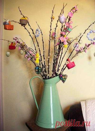 We decorate the house by Easter: easter tree the hands.