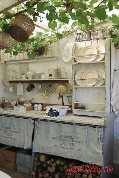 Летняя кухня на даче - просто чудесно: свежий воздух, не надо заморачиваться с вытяжкой при готовке. Только не забудьте придумать вариант на случай дождя.