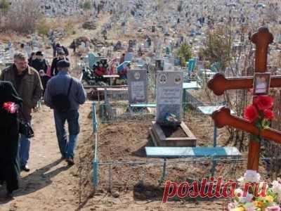 Как правильно убираться на кладбище и поминать усопших на Радоницу, какие молитвы нужно читать