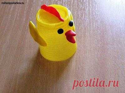 Hand-made articles from disposable tableware - chickens.