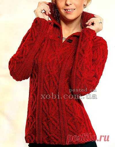 Красный пуловер с рельефным узором.