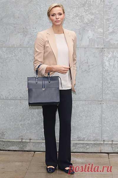 Шарлен - 11 княгиня Монако. На прошедшем недавно дефиле Giorgio Armani она выглядела безупречно. Подобный образ легко создать: белый свободный топ, жакет нежного бежевого оттенка и черные прямые брюки. Все это - базовые составляющие гардероба модницы.