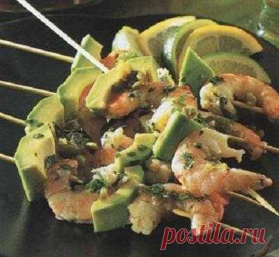 Почему бы не поэкспериментировать с шашлыками на майские праздники? Попробуйте мексиканские шашлычки из креветок с авокадо