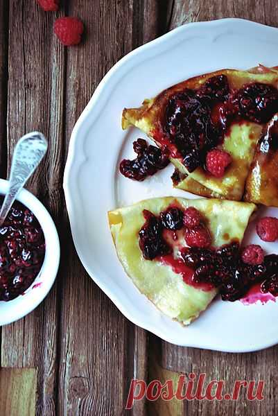 Крепы-фламбе с ягодным соусом! Во французской кухне словом «фламбе» (фр. flambé) называют блюда, подвергнутые фламбированию, то есть политые крепким алкогольным напитком и подожженные.