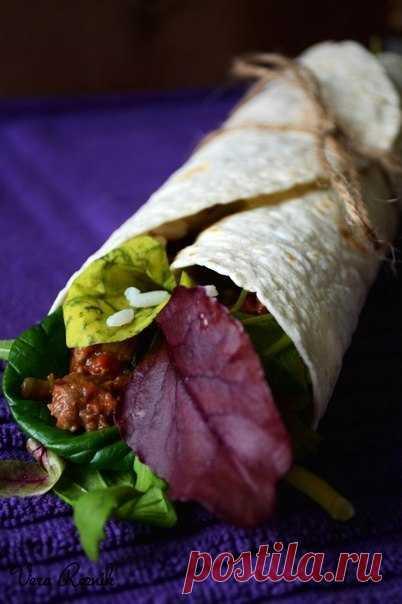 Буррито с чили из красной фасоли с говядиной, рисом и зеленым салатом
