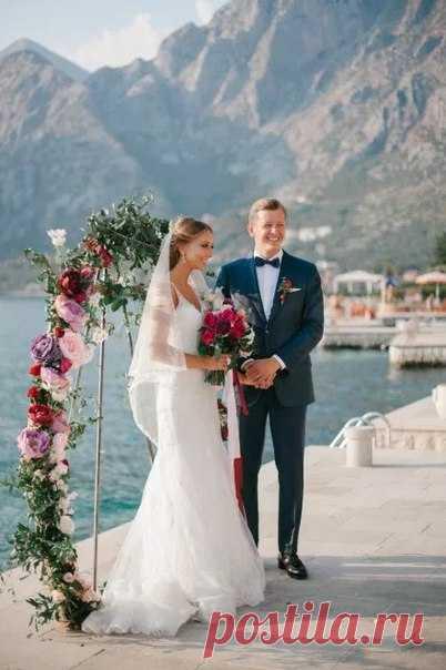 Элегантная и изысканная, но при этом уникальная свадебная арка — главное украшение вашей свадебной церемонии. Вдохновляйтесь примерами из реальных историй наших невест!
