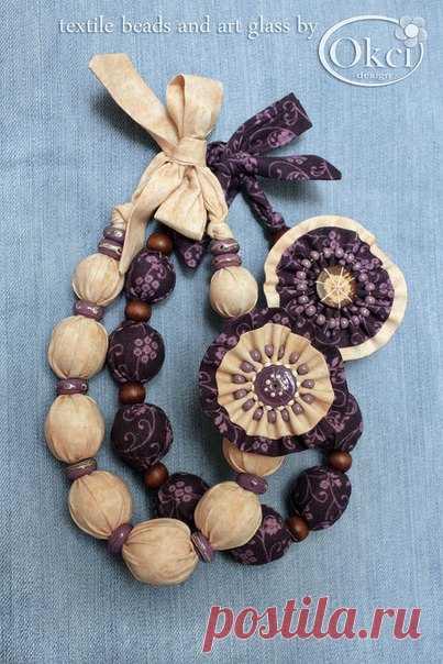 """Пара текстильных бус """"Десерт"""", завязываются небольшим бантиком на шее. Автор okci_designer. Бусы выполнены из американского текстиля для пэчворк. Бусины, обтянутые текстилем, разделяют бусины лэмпворк сиреневого цвета в стиле PANDORA (светлые бусы) и коричневые деревянные бусины (тёмные бусы). Украшают бусы симпатичные съёмные броши - текстильное """"пирожное"""" (авт.), которые можно легко снять и прикрепить как брошки к одежде или использовать в качестве заколок. http://okci-d..."""