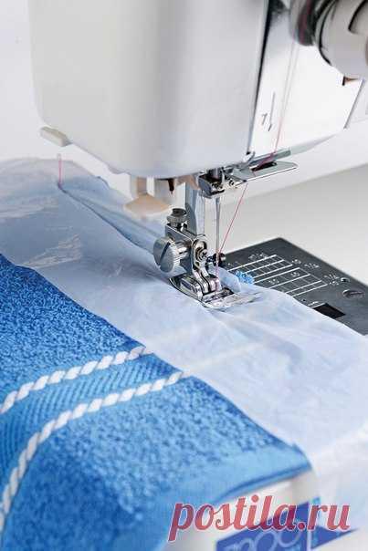 Этот совет я обязательно возьму на вооружение! Если ты имеешь дело с тяжелыми для пошива тканями, в которых нужно сделать толстые швы, тебе на помощь придет кусок прозрачного пакета. По нему иголка скользит лучше, чем по кальке.