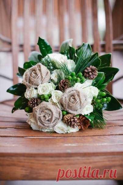 Цветы из мешковины делаются просто, смотрятся стильно