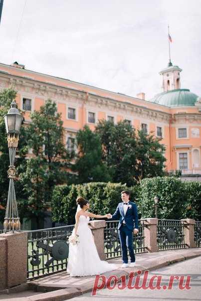 Молодые, счастливые, харизматичные, Дмитрий и Карина провели день своей свадьбы легко и непринужденно, украсив его блеском своих улыбок и искорками в глазах! Посмотреть продолжение истории: