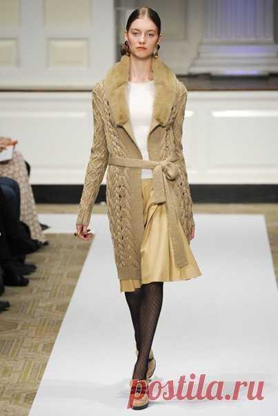 Вяжем пальто, как у Оскара де ла Рента PF 2012   Начался август и пора думать о теплых уютных свитерах, пальто и кардиганах. Сегодня я предлагаю воплотить вот эту модель с подиума от Oscar de la Renta с межсезонного показа PF 2012. Классический силуэт, воротник-шалька, нейтральный натуральный цвет и изюминка в виде сквозных узоров вдоль бортов полочек - все это придется по вкусу и молодым девчонкам и дамам элегантного возраста. Такое пальто можно носить и с платьем, и с дж...