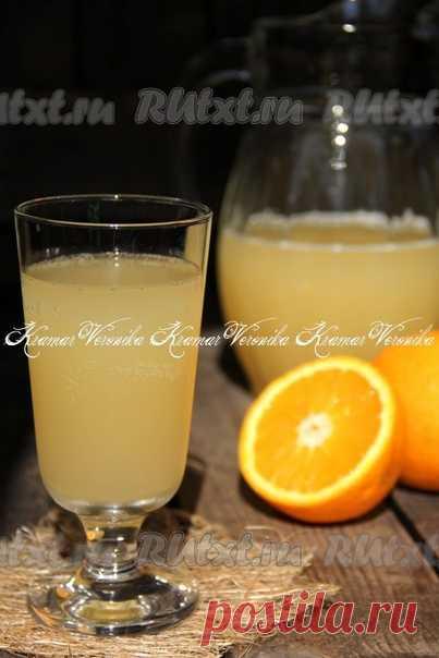 Апельсиновый квас от nichka  Апельсиновый квас, приготовленный в домашних условиях, не уступает по вкусу любому лимонаду. Напиток получается вкусным, очень красивым, в меру газированным и очень ароматным. Он прекрасно освежит вас в жаркие дни. Попробуйте приготовить такой квас и, я уверена, его вкус порадует вас. Для приготовления апельсинового кваса нам потребуется: вода - 3 литра; апельсин (крупный) - 1 шт.; лимонная кислота - 1/4 ч. л.; сахар - 100 г; мёд - 100 г; дрожж...