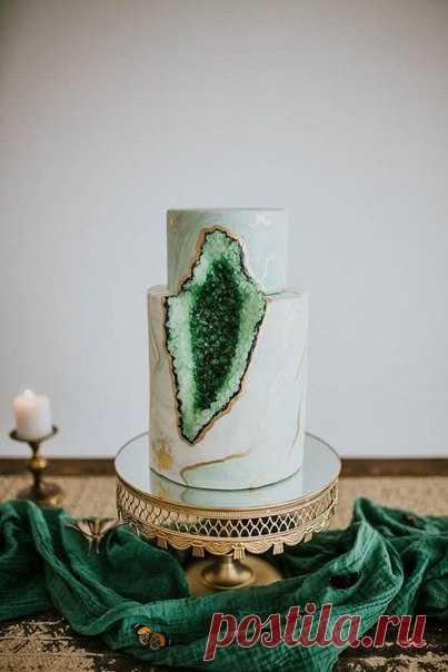 Tasty trends: wedding cake with crystals \ud83c\udf70