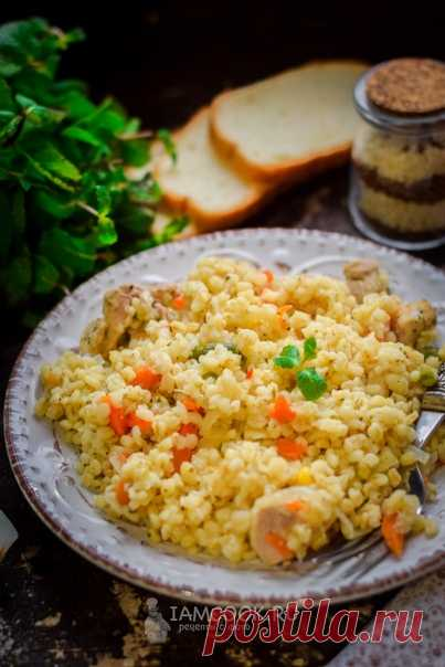 Булгур с курицей и овощами  Сытно и очень вкусно, просто и быстро - готовим булгур с курицей и овощами в качестве обеда для всей семьи.   Ингредиенты: Булгур – 1 стакан Вода – 2 стакана Куриные бедра – 2 шт. Морковь – 1 шт. Лук – 1 шт. Чеснок – 2 зубчика Замороженные овощи – 150 г Специи – по вкусу   Смотрите пошаговый рецепт с фото — https://www.iamcook.ru/showrecipe/20498  #булгур #булгурскурицей #кашаизбулгура #еда #обед #ужин #аймкук_каши #аймкук_булгур #аймкук_курица