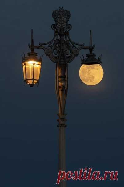 Ировно вдвадцать ватт горит луна…