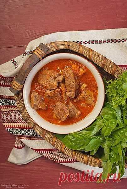 Тушеная телятина с чесночно-томатным соусом.
