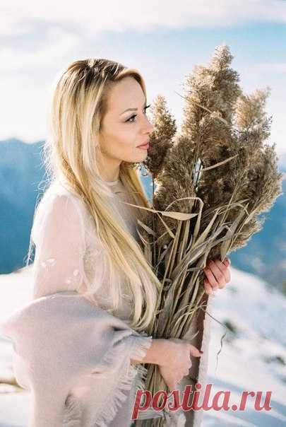 Снег, искрящийся на солнце, бесконечность гор и небесная лазурь в гармонии с влюбленной парой…