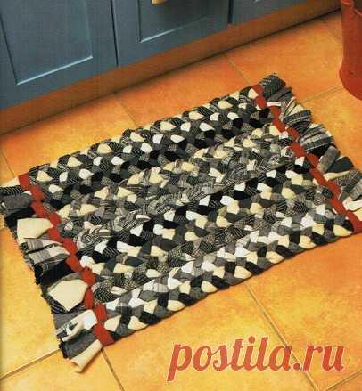 Этот простой деревенский коврик сделан из косичек шерстяной ткани.