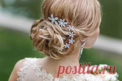Модные свадебные прически на длинные волосы (32 фото) Свадебная прическа на длинные волосы может иметь множество вариаций. Какую прическу выбрать невесте на свадьбу? 32 фото модных причесок.