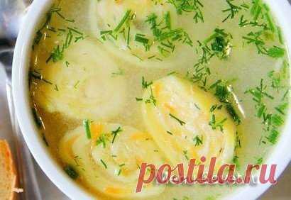 Рецепт вкусного куриного супа с сырными рулетиками.