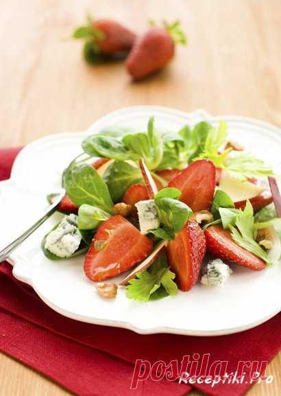 Зеленый салат с клубникой, грушей и орехами