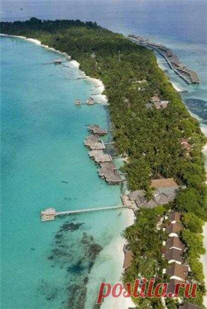 Отель Kuramathi расположен на коралловом острове в Индийском океане, в 56 километрах от столичного аэропорта Мале. Так что поездка сюда уже само по себе приключение, ради которого приятно сесть на борт гидросамолета или скоростной катер. Мальдивские острова