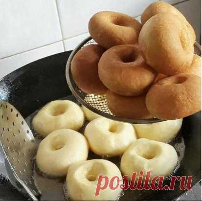 Самые вкусные пончики  Уже 2 раза их делала - обалденные! Мягенькие , прямо воздушные, с  хрустящей корочкой! Начинку можно любую класть, мне очень понравилось с инжировым повидлом, а еще будет вкусно со свежей малиной, перетертой с сахаром, можно с заварным кремом ... Тесто:  Молоко - 500 мл. Яйца - 2 шт. Масло сл. или маргарин - 125гр. Сахар - 2 ст.л. + 1ч.л. Соль - 1,5 ч.л. Дрожжи сухие - 11 гр. (пакетик) Вода тёплая - 0,5 ст. Мука - столько, что бы тесто не было тугим, но и не липло к рука