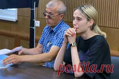 Сбившая троих детей в Москве россиянка признала вину. Россиянка Валерия Башкирова, сбившая троих детей в Москве, полностью признала свою вину. По словам собеседника агентства, девушка раскалялась в том, что стала виновницей трагедии. Ее родственники выразили готовность помочь пострадавшей семье и выплатить потерпевшим денежную компенсацию.