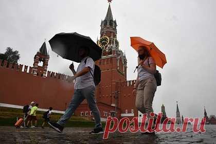 Москвичам пообещали ливень с грозой и градом. В Москве в понедельник ожидаются ливни, гроза и град, которые освежат воздух. Об этом заявил ведущий сотрудник центра погоды «Фобос» Евгений Тишковец. Он заявил, что температура в пределах 20-25 градусов сохранится на протяжении всей недели. По его словам, затяжная жара с температурой выше 30 градусов заканчивается.