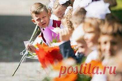 В России на выплаты школьникам выделят более 204 миллиардов рублей. В России на выплаты семьям со школьниками выделят более 204 миллиардов рублей. Соответствующее распоряжение подписал премьер-министр страны Михаил Мишустин. Единовременную выплату в десять тысяч рублей могут получить родители детей в возрасте от шести до 18 лет.