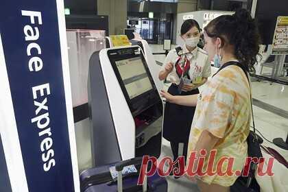 Аэропорты придумали способ путешествовать без прохождения регистраций и проверок. Японские аэропорты придумали способ, экономящий туристам время и позволяющий путешествовать без прохождения регистраций и проверок документов. С понедельника, 19 июля, в аэропортах Нарита и Ханэда была запущена программа распознавания лиц Face Express, которая призвана ускорить процесс посадки на рейс.