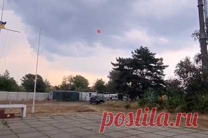 Украинца унесло ветром в небо с популярного аттракциона. В Киеве во время парасейлинга туриста на парашюте унесло ветром в небо. Уточняется, что инцидент произошел 17 июля на реке Оболонь. Во время катания на популярном аттракционе катер, к которому тросом был прикреплен парашютист, перевернулся, и украинца унесло ветром в небо.