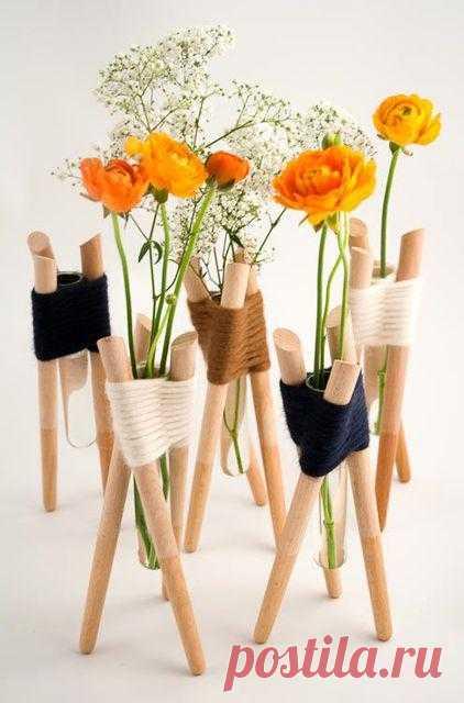 Оригинальная идея для вазы - из пробирки, деревянных палочек и толстых ниток. Просто и утонченно. Миниатюрные вазочки называются Forget Me Not, а идея принадлежит французскому дизайнеру Aurélie Richard.