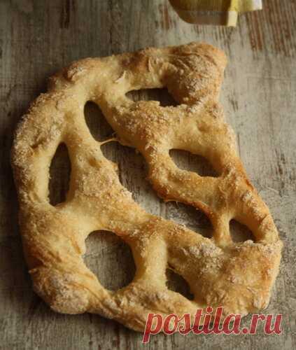 Фугасс - это прованский хлеб, который изначально был плоской лепешкой типа фокаччи