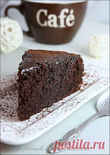 Сочный шоколадный пирог / livecookbook.ru