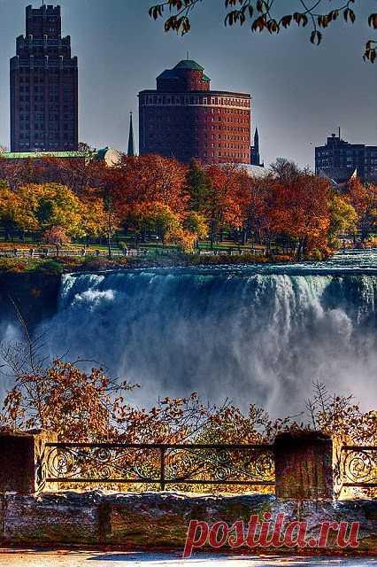 Ниагарский водопад - одно из чудес света – расположен на юге-востоке Канады, в штате Онтарио, в 130 км от Торонто, на границе США и Канады