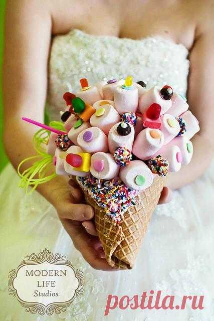 Букет невесты-сладкоежки. Такой букет можт и не дожить до конца церемонии, и ловить подружкам невесты уж будет нечего:)
