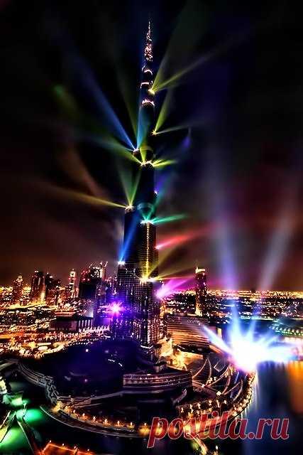 Ну где ещё такое увидишь! Ночная иллюминация небоскрёба Бурдж-Халифа. Дубай, ОАЭ