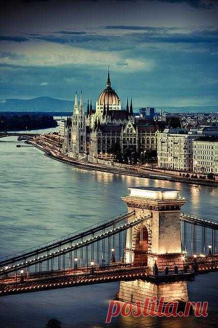 Прекрасный вечерний Будапешт. Вид на парламент и мост через Дунай. Венгрия