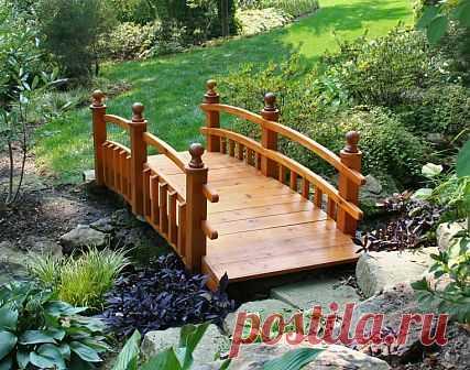 Los puentes de jardín por las manos - adornamiento original del territorio de campo