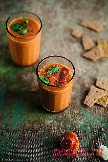 ¡La sopa simple fría de los tomates frescos!