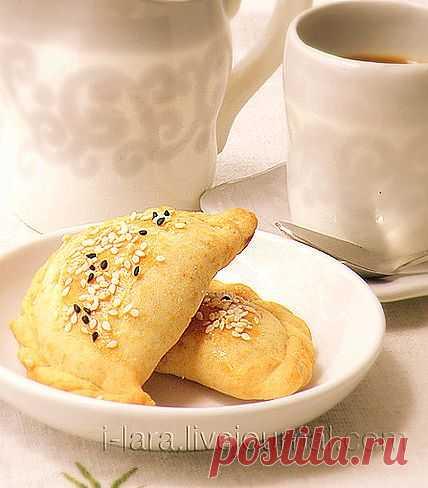 Бурекитос! Эти замечательные пирожки балканского происхождения необычайно популярны в нашей стране в любое время года. Особенно они пользуются упехом в дни праздника Шавуот - праздника дарования еврейскому народу Торы, т. е. нравственного закона.