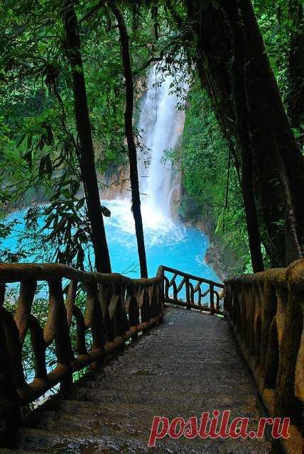 Голубой бассейн с водопадом, Гранада, Никарагуа