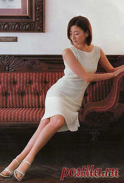 Аккуратное маленькое платье связано крючком. Такое платье должно быть в гардеробе каждой женщины. Модель выполнена крючком простым ажурным узором. Модель проста в исполнении. Платье выполнено из тонких ниток и требует кропотливого труда.