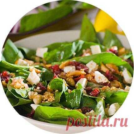 Салат со шпинатом, клюквой, орехами, сыром фета и оливковым маслом.