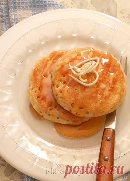 Такие блины из манки пекут только с одной стороны, получаются они очень красивые, в мелкую дырочку. А сверху полейте соусом из растопленного сливочного масла и мёда - пальчики оближешь!