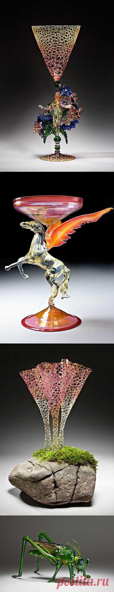 Волшебство из стекла R. JASON   HOWARD.В настоящее время его работы основаны на уникальной комбинации традиционных итальянских технологий и самостоятельно изобретенных  процессов для создания больших, органических, красочных форм, которые раздвигают  границы   по  созданию  стеклянных  изделий.