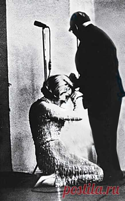"""Почему  Марлен Дитрих  опустилась перед  Паустовским  на колени   Когда Марлен Дитрих приехала в Советский Союз ее спросили: """"Что бы вы хотели увидеть в Москве? Кремль, Большой театр, мавзолей?"""" И эта недоступная богиня вдруг тихо ответила: """"Я бы хотела увидеть со…"""
