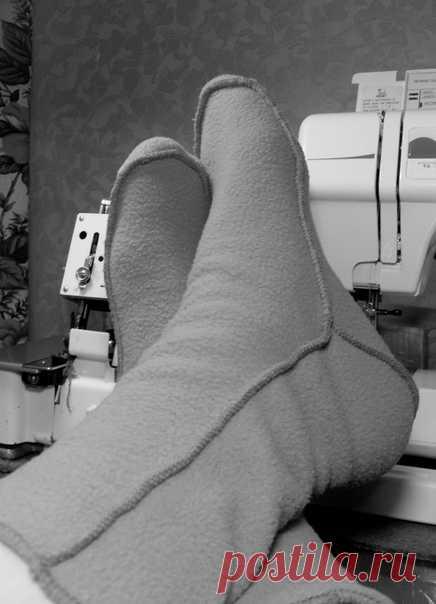 Мужские носки из флиса, выкройка р. 42,43,44 + МК источник http://portnoyblog.com/noski/ От автора: Выкройка выполнена с учетом припусков на швы 5-6 мм. 1. Крой. Все детали выкраиваются по долевой. Так чтобы носок тянулся в ширину. 2. Сшиваем подошву и заднюю часть. 3. Делаем временную вспомогательную строчку на подошве носка для припосаживания по длине. Припосаживаем срез подошвы, затягивая нижнюю нить строчки, подгоняя под длину верха. 4. Сшиваем верх с подошвой и задней...