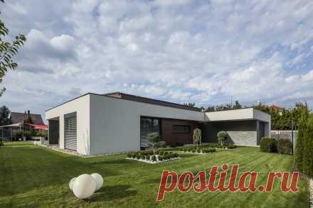 Дом с плоской крышей - современное комфортабельное жилье Дом с плоской крышей позволяет сэкономить затраты на строительство, оборудовать комфортную зону отдыха, оформить небольшой цветник.